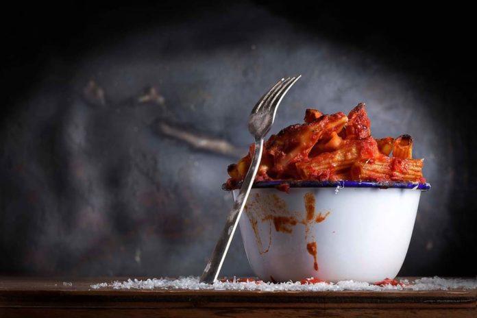 Maccheroni al sugo: un racconto ispirato dalla foto di Ioris Premoli